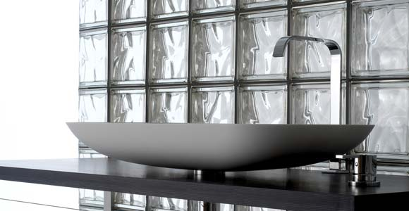 Brique de verre dans une salle de bain choisir et poser - Pose brique de verre fenetre ...