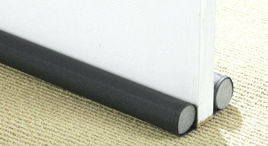 Calfeutrer les bas de portes et installer des rideaux