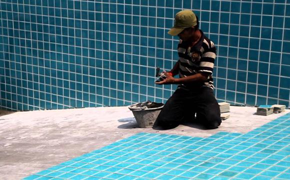 Le carrelage, revêtement piscine le plus aisé à rénover