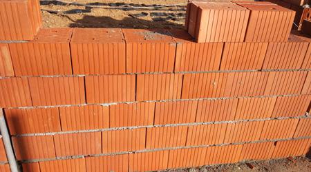 La construction d'un mur en brique monomur