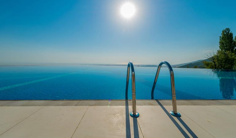 Construction d'une piscine à débordement : Coût de la main-d'œuvre