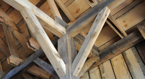 Quels éléments techniques conditionnent les matériaux d'une toiture