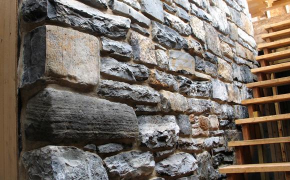 un mur en pierre dans mon salon guide pratique co t. Black Bedroom Furniture Sets. Home Design Ideas
