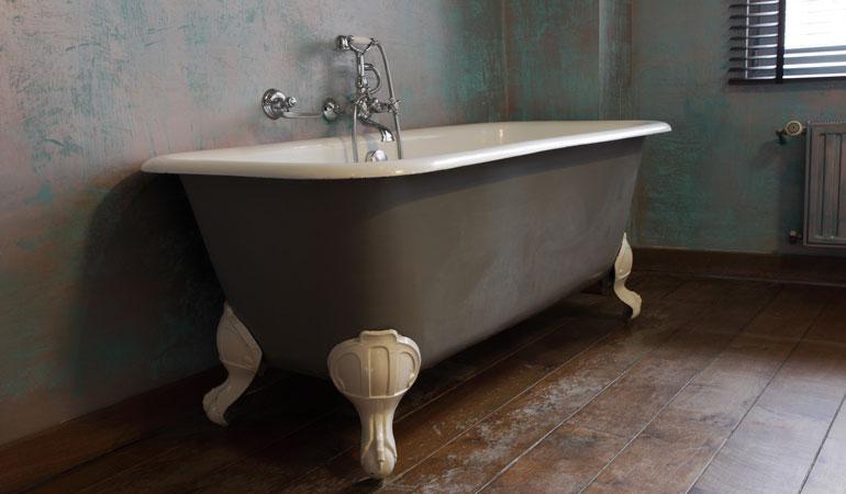 Exemple de baignoire sur pieds dans une salle de bain vintage