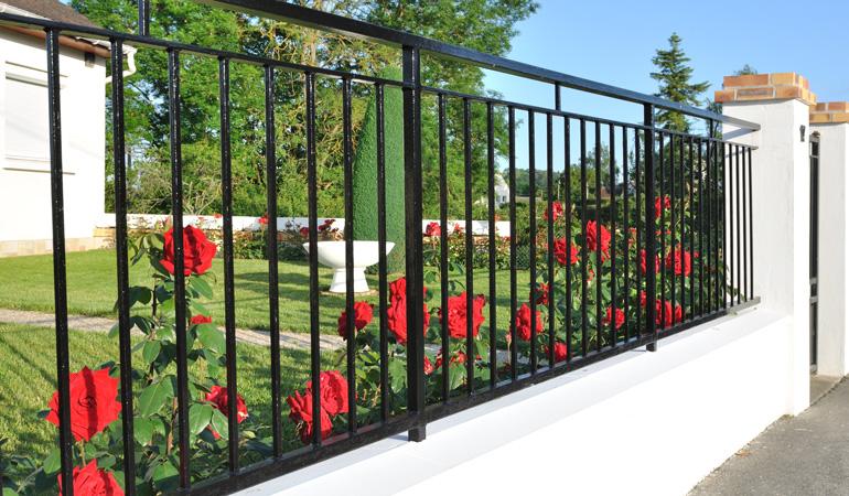 Exemple de clôture en fer forgé ajourée