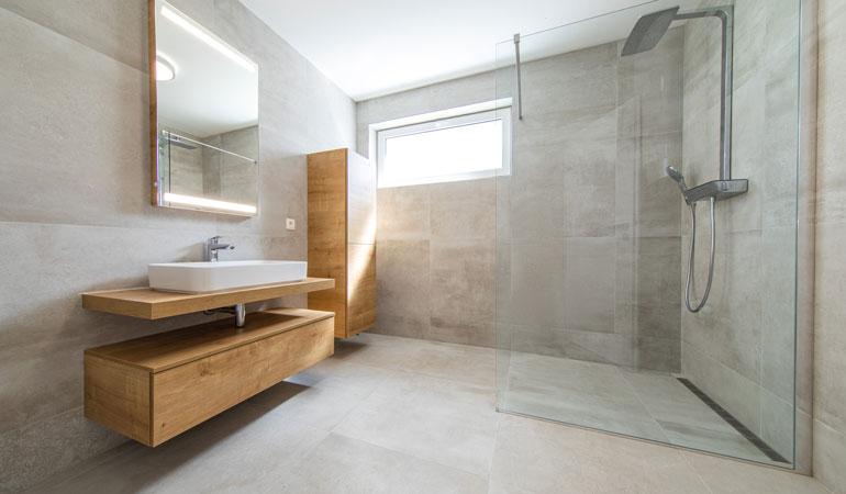 Exemple de douche à l'italienne moderne avec carreaux grand format