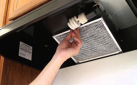 Le nettoyage des filtres de la hotte de cuisine