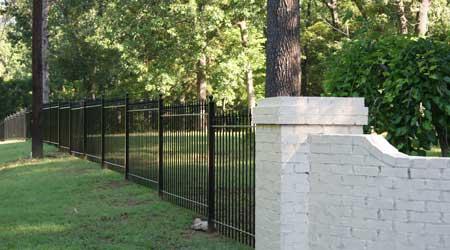 La pose d'une clôture en fer forgé