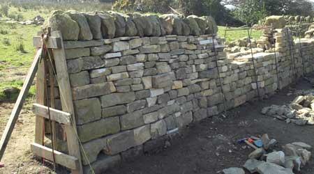 La pose d'une clôture en pierre