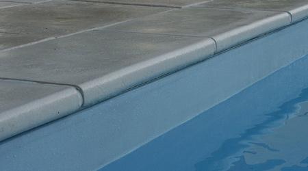 La pose d'une margelle de piscine