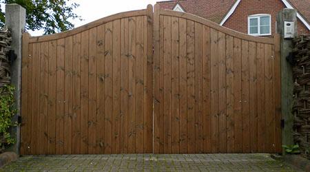 La pose d'un portail en bois