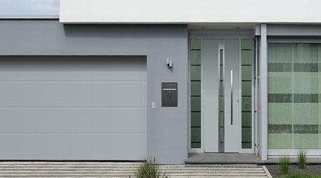 La pose d'une porte d'entrée en aluminium