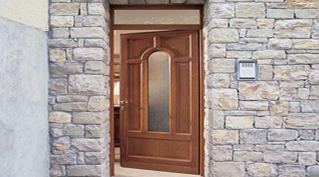 L'installation d'une porte d'entrée en bois