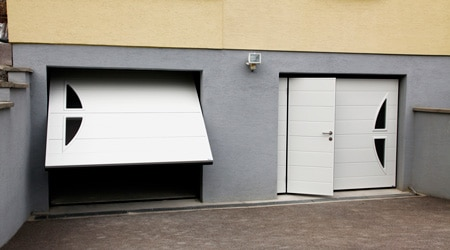 Prix d 39 une porte de garage avec portillon co t moyen for Installer chatiere porte garage