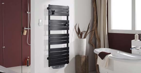 installation d 39 un s che serviette dans une salle de bain. Black Bedroom Furniture Sets. Home Design Ideas