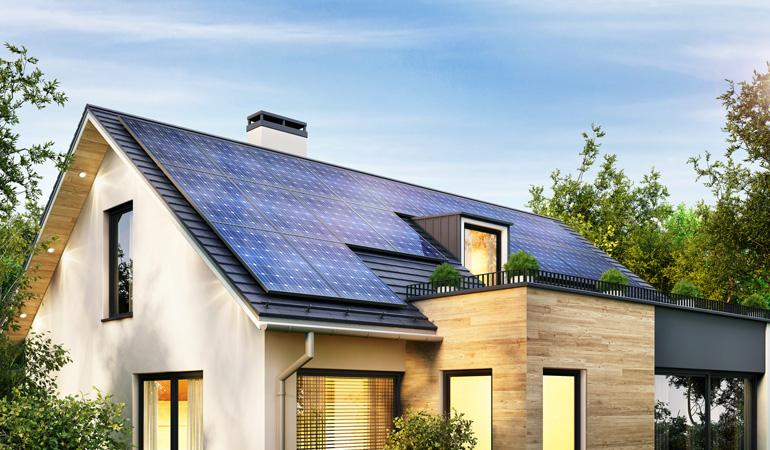 Maison moderne avec panneaux solaires en intégration simplifiée au bâti