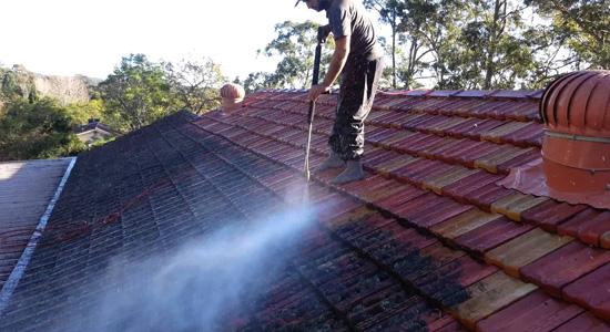 Le nettoyeur haute pression : Pour les toitures récentes