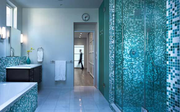 La pose d\'une mosaïque de salle de bain : Au sol ou murale
