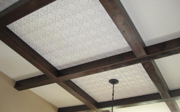 Le plafond avec poutres apparentes
