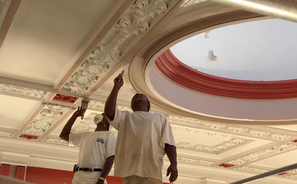 Les plafonds avec moulures et décorations