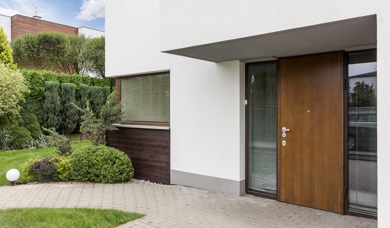 Porte d'entrée moderne avec panneaux vitrées