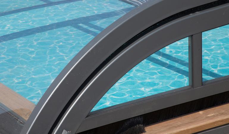 Pose d'un abri de piscine : L'intervention d'un professionnel