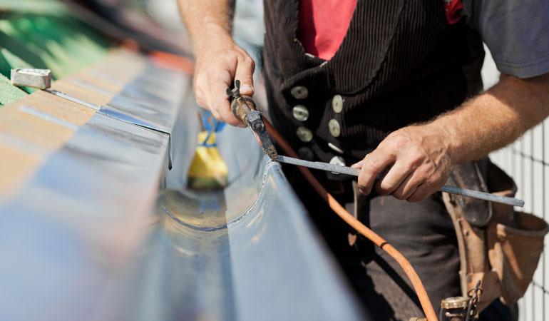 Pose d'une gouttière en zinc : Coût de la main-d'œuvre