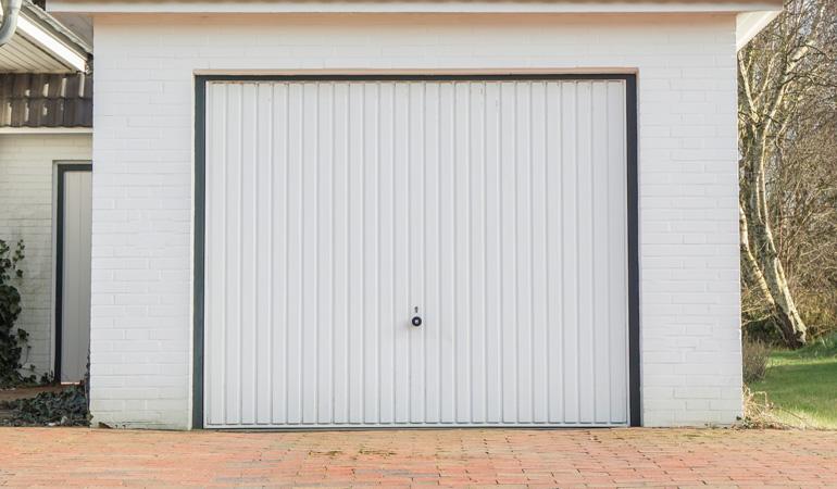 Pose d'une porte de garage basculante : Coût de la main-d'œuvre
