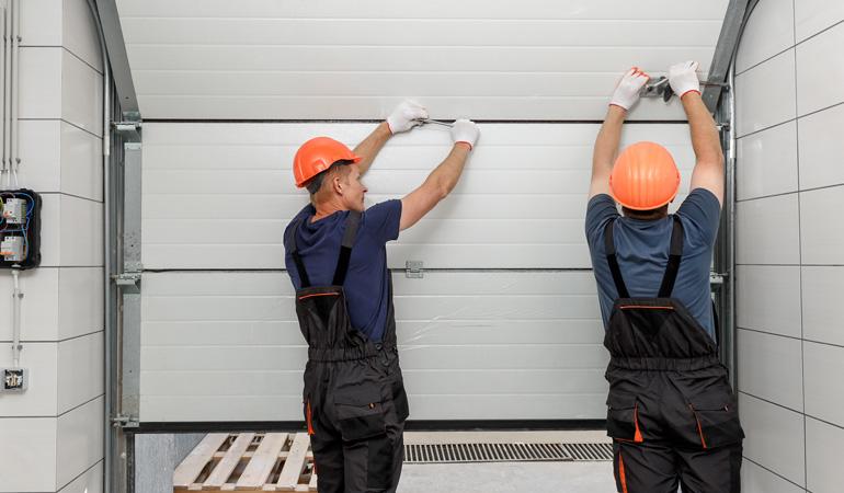 Pose d'une porte de garage sectionnelle : Coût de la main-d'oeuvre
