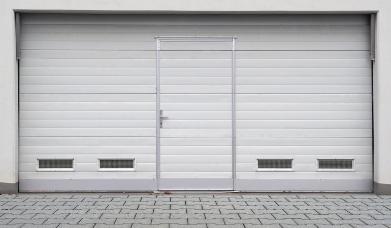 Pose d'une porte de garage avec portillon : Coût de la main-d'oeuvre