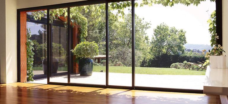 Pourquoi opter pour une baie vitrée coulissante
