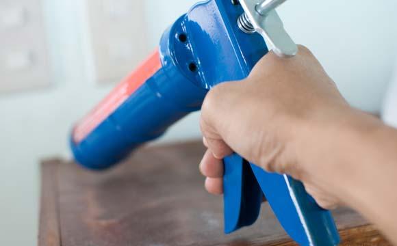 Les bonnes précautions avant de changer les joints silicone de sa baignoire