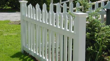 Prix d\'une clôture en PVC | Coût moyen & Tarif de pose