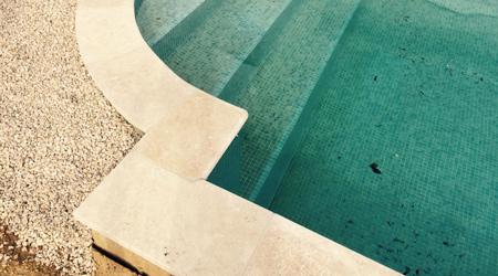 prix d 39 une margelle de piscine co t moyen tarif de pose. Black Bedroom Furniture Sets. Home Design Ideas