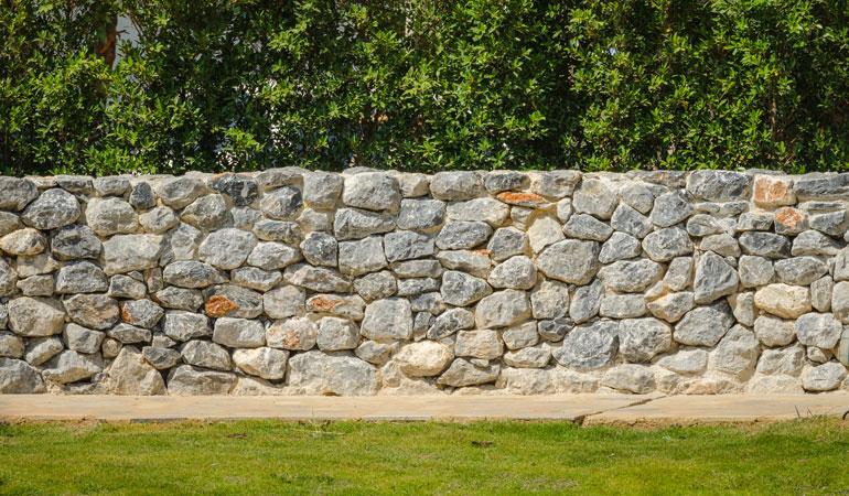 Prix d'un mur en pierre : Les moellons
