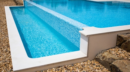 Prix d 39 une piscine d bordement co t de construction for Prix piscine 10x4