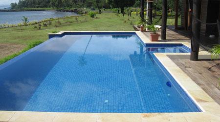 Prix d 39 une piscine tarif moyen co t de construction prix pose for Prix piscine coque a debordement