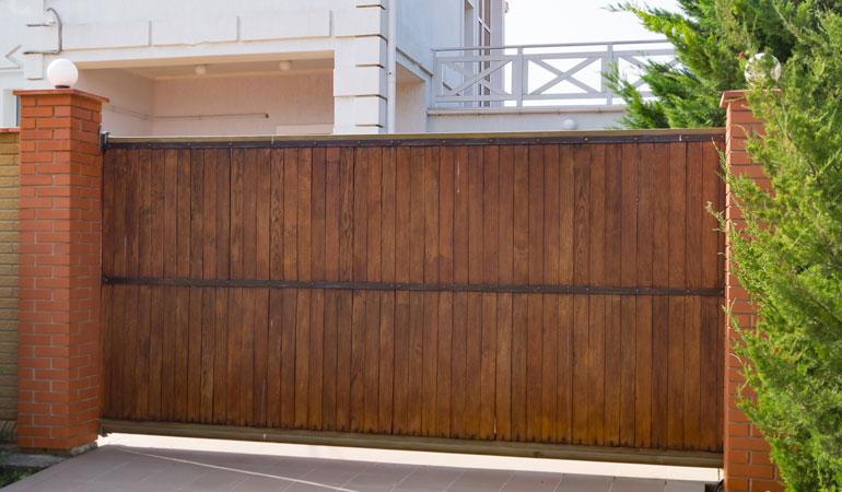 Tarif d'un portail en bois selon l'essence