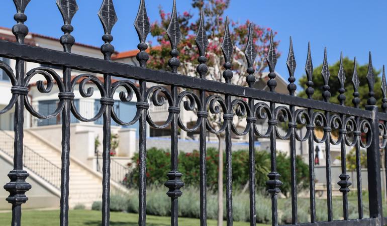 Quel est le prix d'une clôture en fer forgé selon les styles