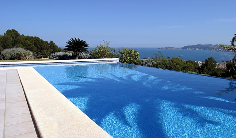 Quel est le prix d'une piscine à débordement selon les esthétiques