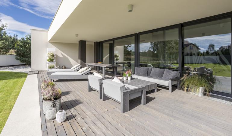 Quel est le prix d'une terrasse bois au m² selon les essences