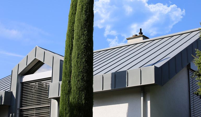 Quel est le prix d'une toiture bac acier au m² selon les modèles