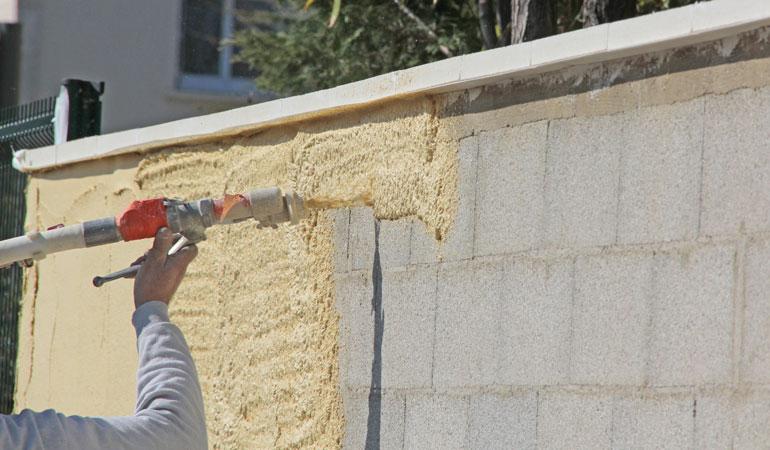 Réalisation des finitions d'un mur de clôture