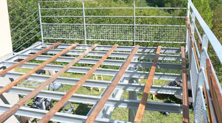 La construction d'une terrasse sur pilotis