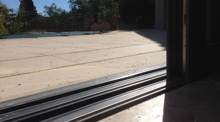 Penser à encastrer le seuil d'une baie vitrée coulissante