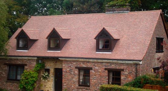 La tuile plate, adaptée aux toits pentus