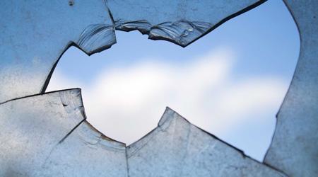 Le vitrage est cassé, fêlé ou impacté